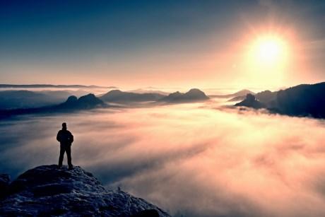 Blick über das Nebelmeer in den Bergen. Service Excellence bietet allen einen Mehrwert.