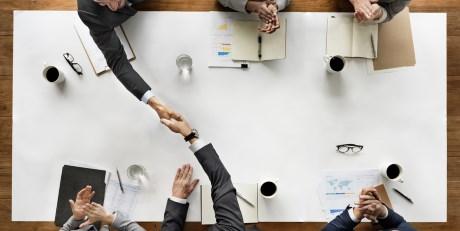 Handshake - Bereichsübergreifendes Training sorgt für Effizienz zwischen Innendienst, Aussendienst und Hotline und so für exzellenten Service.