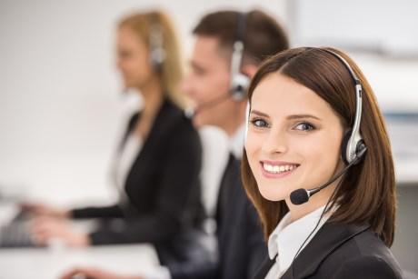 Zufriedene Hotline Mitarbeiterin hat keinen Stress