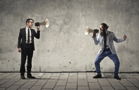 Meinschen die sich anschreien wegen Einwänden und Reklamationen